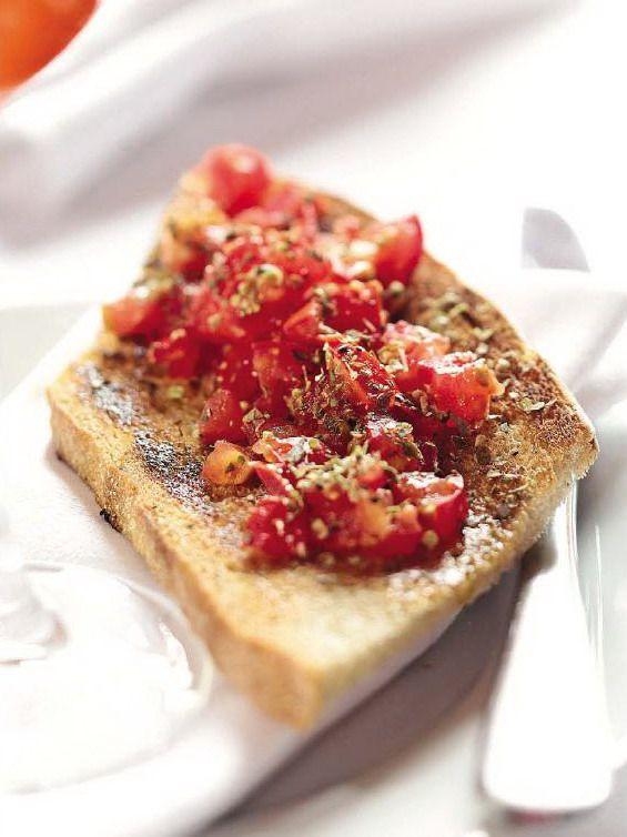 Итальянский бутерброд брускетта с соусом из помидор и базилика