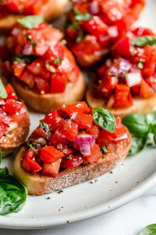 Несколько маленьких бутербродов брускетт на тарелке