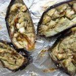 Печеные синенькие в оливковом масле на противне с фольгой