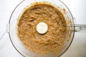 Пюрированные в блендере печеные баклажаны с жареным перцем и приправами – правильная консистенция смеси