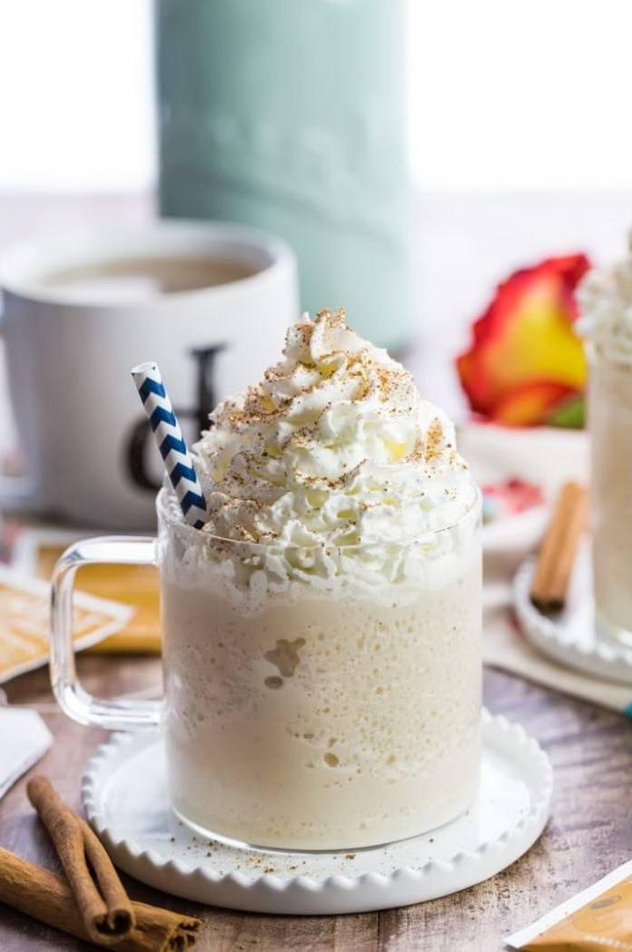 Молочный коктейль в стеклянной чашке с горкой взбитых сливок