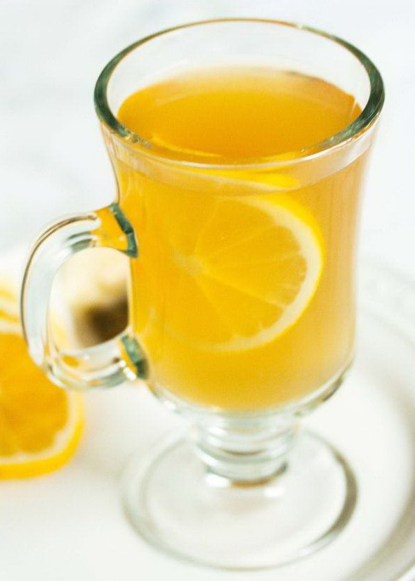 """Крепленый ромашковый чай """"Горячий Тодди"""" с медом и долькой лимона в стеклянной чашке"""