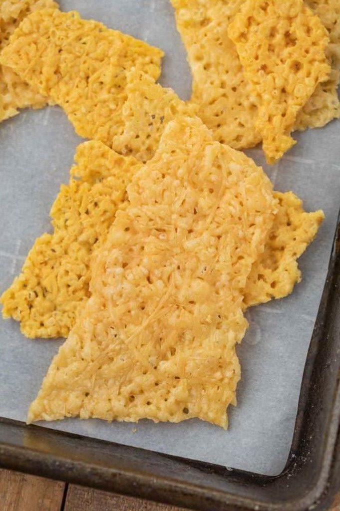 Сырные чипсы (вблизи) на пищевом пергаменте