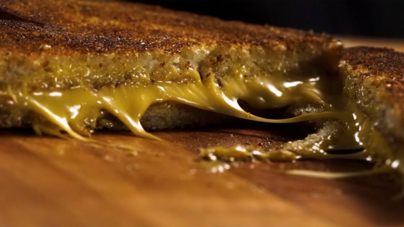 Поджаристый горячий сэндвич с начинкой из сыра в домашних условиях