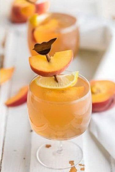 Бокал с коктейлем на основе персиковой водки с чаем