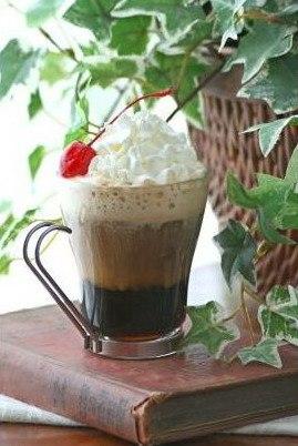 Стеклянная чашка с кофе, сливками и ромом