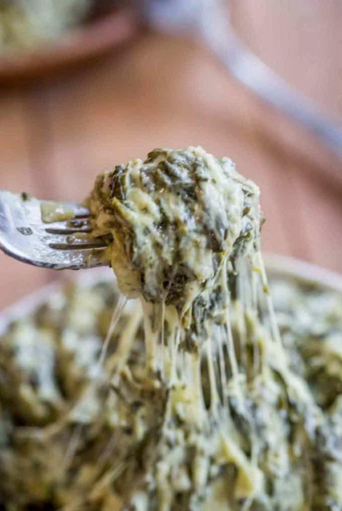 Закуска со шпинатом и тянущимся сыром на вилке