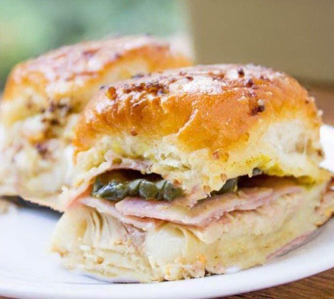 Румяные кубинские сэндвичи со свининой и огурцами из духовки