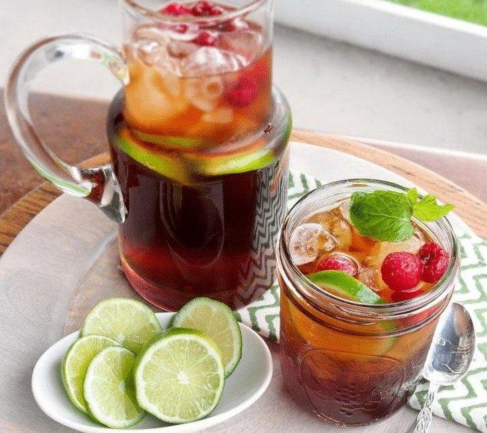 Освежающий малиновый чай с грейпфрутом в стеклянном кувшине и баночке