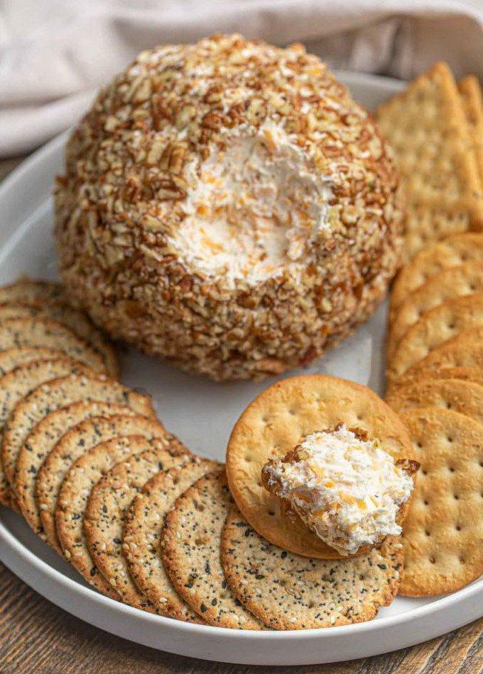 Сырный шар в орешках с крекерами