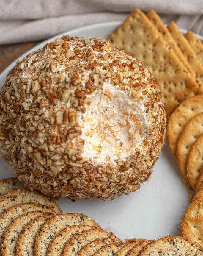 Сырный шар в орешках вблизи