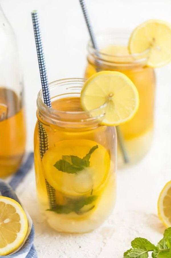 Баночки с чаем, льдом, мятой и лимоном