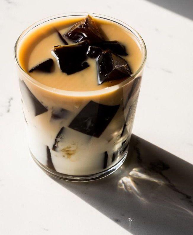 Кубики еле из кофе с желатином в стакане молока