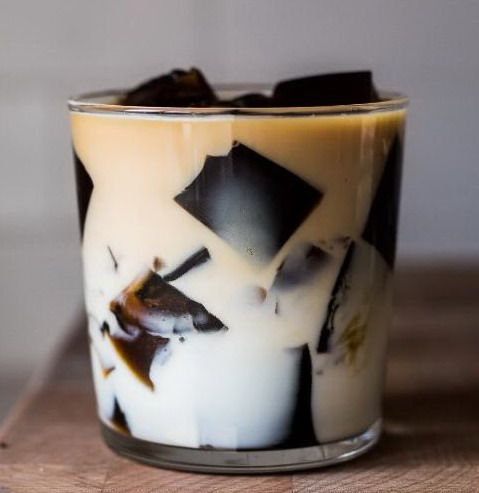Кубики из кофейного желе в чашке с молоком