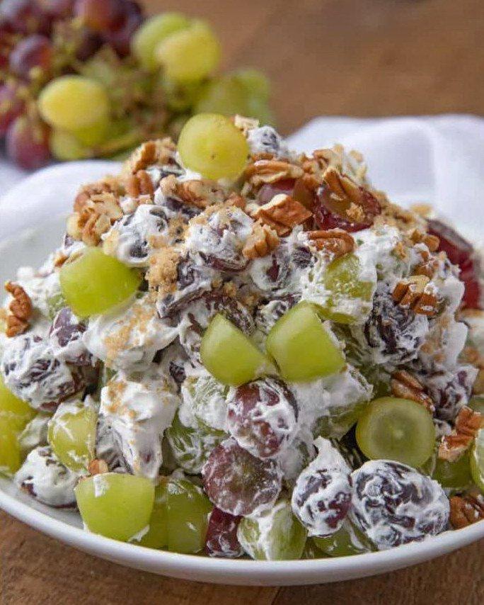 Праздничный салат с виноградом и орехами