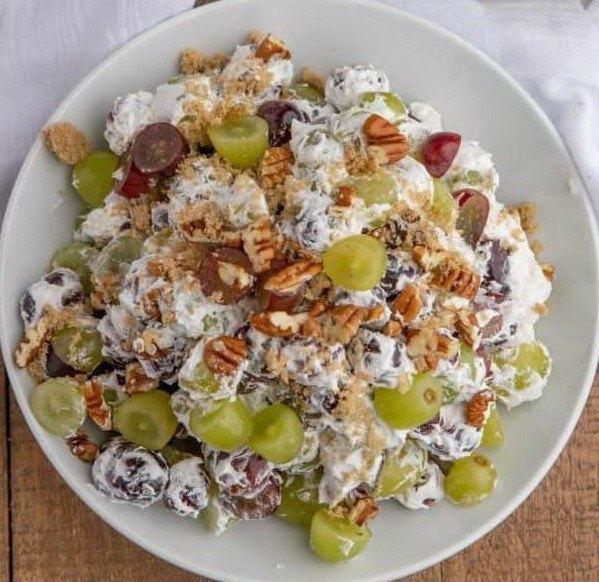 Виноградный салат с орехами на тарелке
