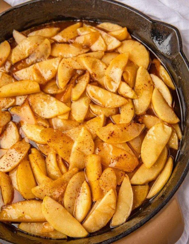 Жареные яблоки на масле с сахаром, с корицей на сковороде