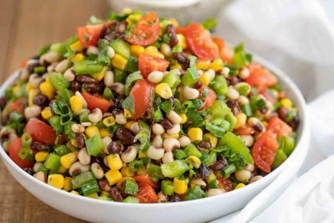Красочный салат по-техасски в миске