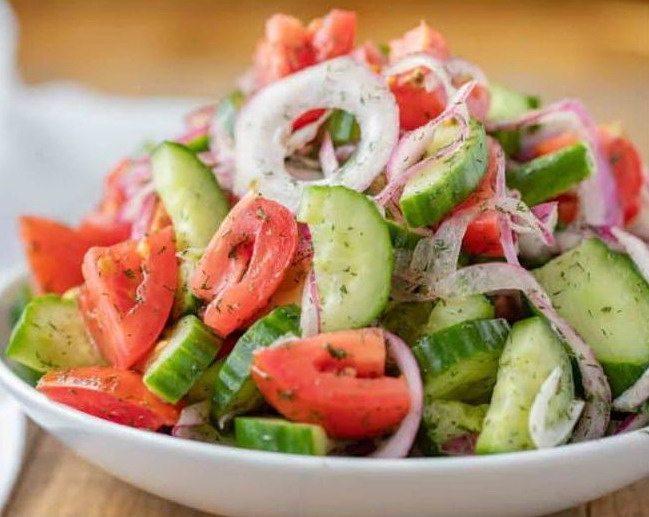 Летний салат с огурцами и томатами