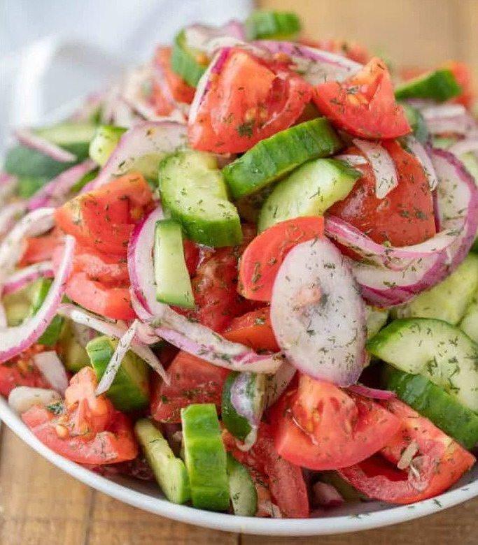 Овощной салат с помидорами, огурцами и луком