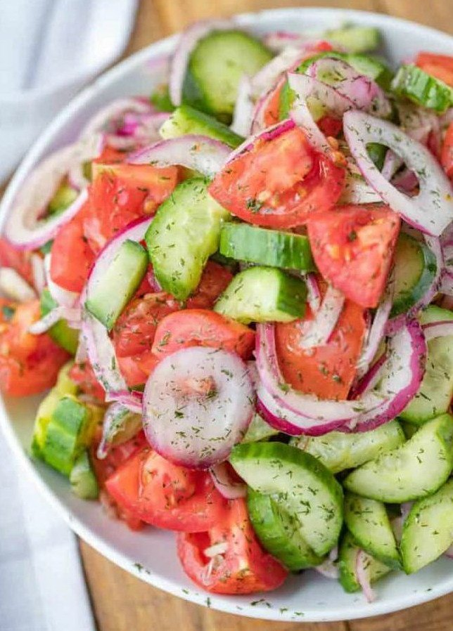 Легкий летний овощной салат из томатов с огурцами, луком, оливковым маслом и перцем