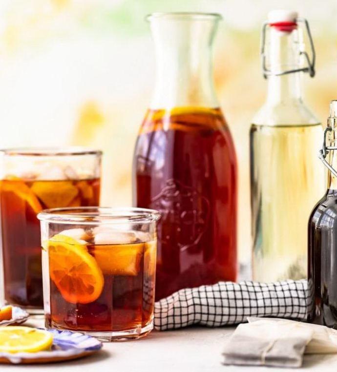 Чай в стеклянных стаканах и кувшине
