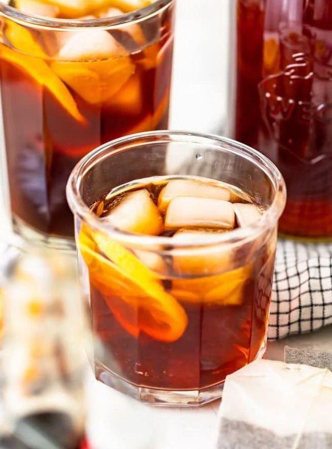 Чай с кубиками льда в стакане