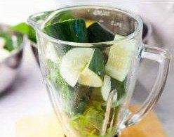 Кладем нарезанные огурцы и другие ингредиенты в чашу блендера