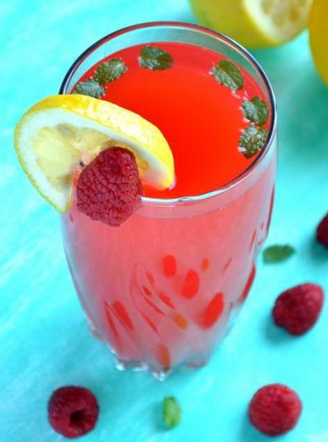 Домашний лимонад с малиной и мятой в стакане