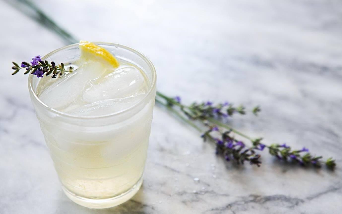 Лимонад с лавандой в стакане со льдом и веточкой
