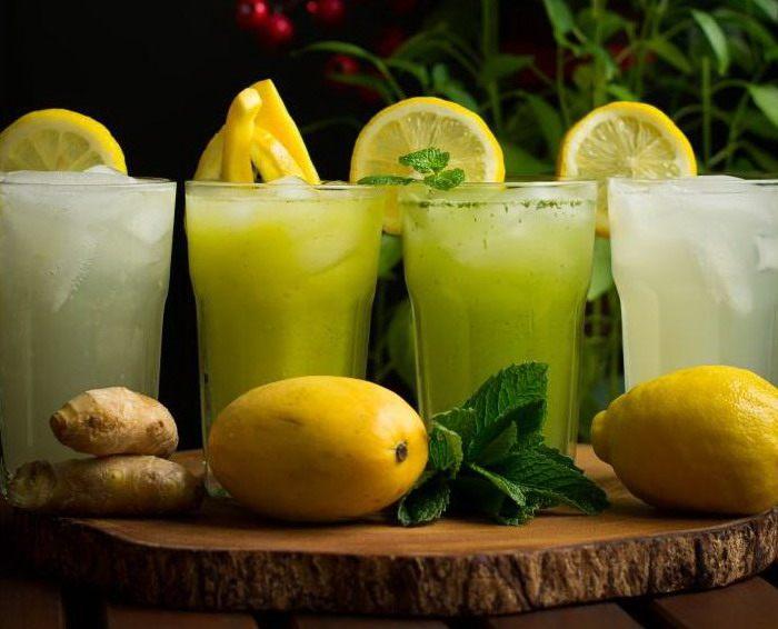 4 стакана с домашним лимонадом