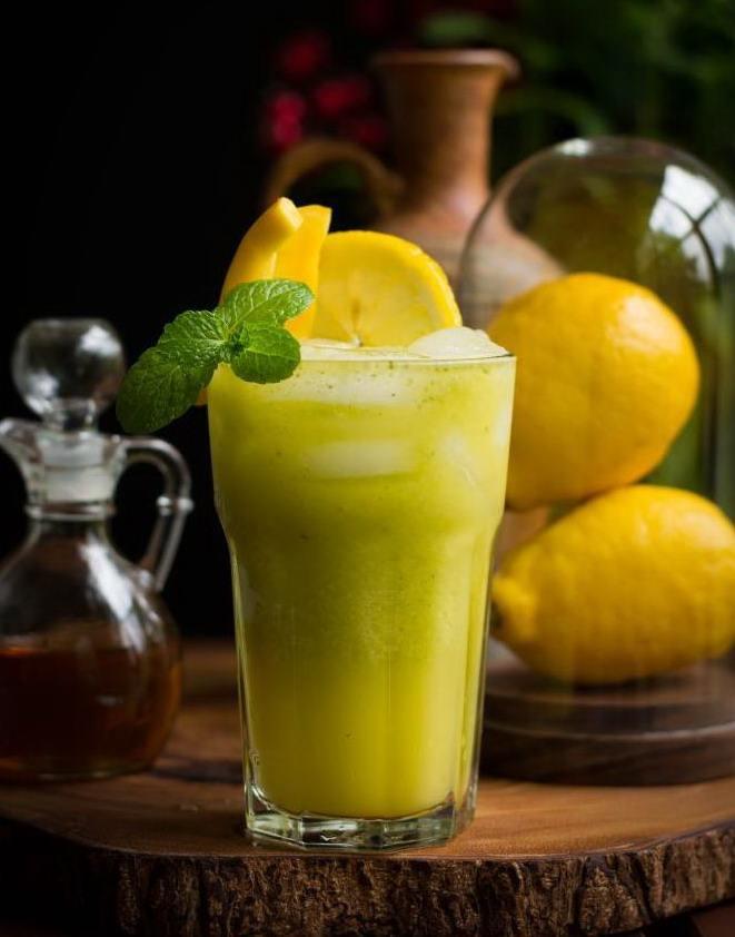Лимонад с манго и базиликом в стакане