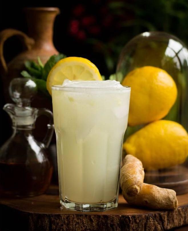 Стакан с домашним имбирным лимонадом