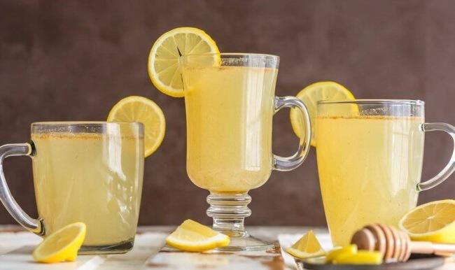 Три стакана с лимонадом для детокса с медом, имбирем и перцем